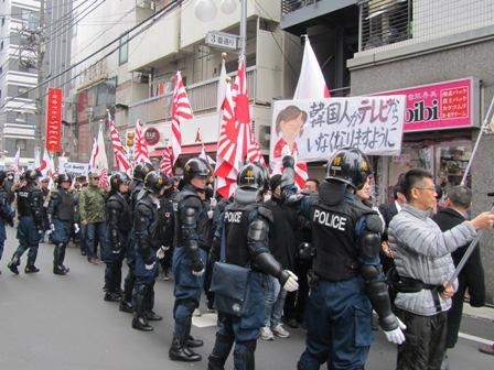 blog0205大通り手前で機動隊合流.JPG